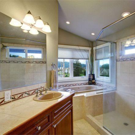 Rinnoviamo il vostro bagno ristrutturandolo con rapidità ed efficienza. Rispettando le vostre esigenze estetiche garantiamo eccellente qualità e pregiati materiali