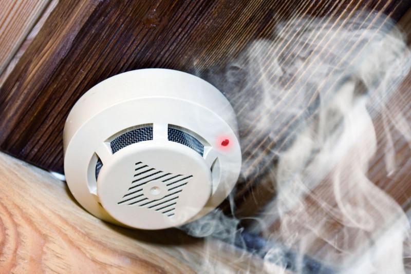 Installiamo impianti antincendio a rilevazione fumi in grado di segnalare tempestivamente la presenza di fumo o l'innalzamento della temperatura. Indicate per privati e strutture pubbliche